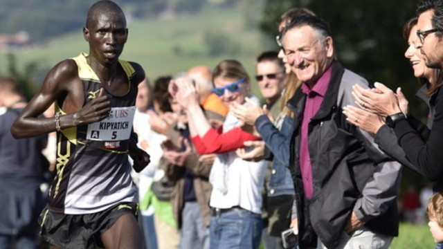 Der Kenyaner Abraham Kipyatich, nachmaliger Sieger, beim Murtenlauf von Murten nach Fribourg am Sonntag, 5. Oktober 2014, in Courtepin. (KEYSTONE/Peter Schneider)